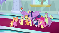 Twilight sings in the middle of her friends S9E26