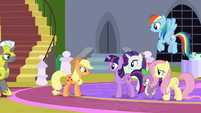 Applejack greeting the rest of her friends S9E24