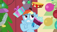 Rainbow Dash juggling gift boxes BGES2