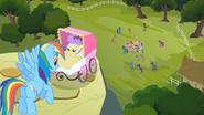 S02E08 Rainbow Dash patrzy na kucyki