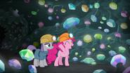 S070E4 Pinkie prezentuje Maud jaskinię pełną klejnotów