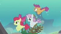 Scootaloo swimming over her friends S8E6