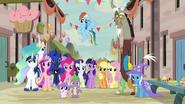 S06E26 Rodzina królewska, Mane 6, Spike, Discord i Trixie na festiwalu w wiosce