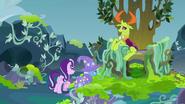 S07E17 Starlight i Trixie podchodzą do tronu Thoraxa