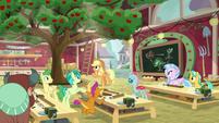 Applejack's apple tree-growing class S8E2