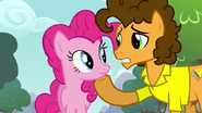 S04E12 Cheese trzyma kopytkiem podbródek Pinkie
