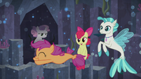 Scootaloo swims past her seapony friends S8E6