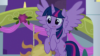 Twilight observes Rarity with surprise S9E17