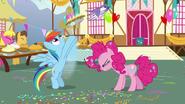 S07E23 Rainbow wypuszcza ciasto uwiązane do balonika