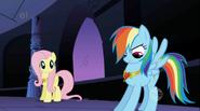 S01E02 Rainbow Dash podziwia swój naszyjnik
