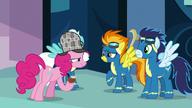 S07E23 Pinkie wpatruje się w Spitfire