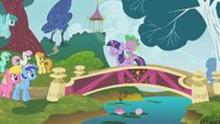 Twilight addresses the crowd of ponies S1E07