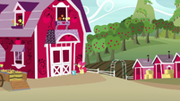 Apple Bloom painting the Sweet Apple Acres barn S7E8