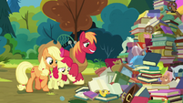Apple siblings looking at Goldie Delicious' junk S7E13