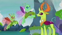 Changelings carrying leaves for the maulwurf S7E17