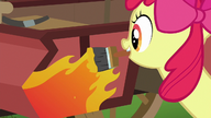 S06E14 Apple Bloom maluje płomienie