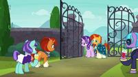 Starlight and Sunburst walk through the gate S8E8