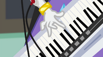 Rarity starts playing her keytar EG3