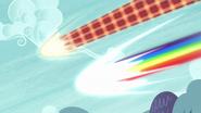 S05E22 Discord i Rainbow Dash nadlatują z zawrotną prędkością