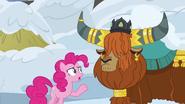 S07E11 Pinkie pyta księcia Rutherforda jak przeżyją w zasypanej wiosce