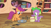 Scootaloo points at the wheel S4E15
