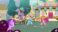 Pinkie Pie yelling at Rainbow Dash S7E23