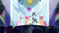Rara and CMC sing --our flag does wave from high above-- S5E24