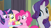 Pinkie Pie offers cupcakes to her friends S4E06