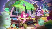 S06E21 Pinkie Pie ciągle wykonuje zadanie.png