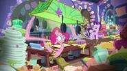 S06E21 Pinkie Pie ciągle wykonuje zadanie