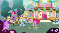 Pinkie Pie accusing Rainbow Dash S7E23