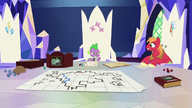S06E17 Spike pokazuje grę planszową