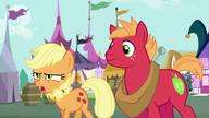 S06E23 Big Mac i Applejack idą przez Ponyville