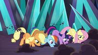 Twilight and friends digging together S9E2