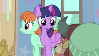 Twilight Sparkle looking over at Yona MLPS4