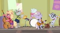 Dusty and her band still playing music S9E5