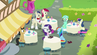 Other cafe patrons gasp at Rarity and Dash S8E17