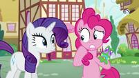 Pinkie puts Gummy behind her worried S5E19