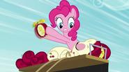 S05E11 Pinkie budzi Cherry budzikiem