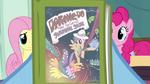 S2E16 Rainbow Dash trzyma książkę.png