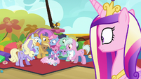 Cadance sees parents crowd around Flurry Heart S7E22