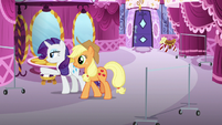 Rarity pointing at spot for Starstreak's clothes S7E9