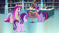 Twilight flipping through the tome S6E2