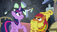 Twilight and Cattail see a flash bee fly inside S7E20
