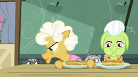Goldie keeps pancakes out of cat's reach S9E10