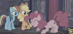 S05E02 RD, AJ i Pinkie ze znaczkiem kucyków z wioski