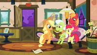 The Apples looking through their photo album S3E8