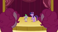 Twilight talking to the Pinkie clones S3E03