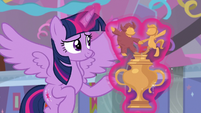 Twilight presents the Pony Pals Contest trophy S9E7