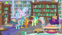 Cozy Glow talking to the Young Six S8E22